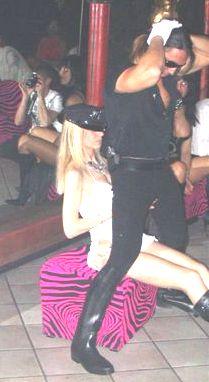 strip-teaseur déguisé en policier